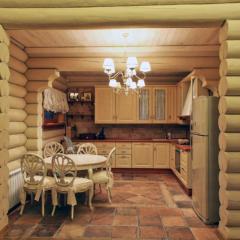 Кухня столовая в деревянном доме