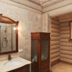 Умывальник и шкаф в ванной