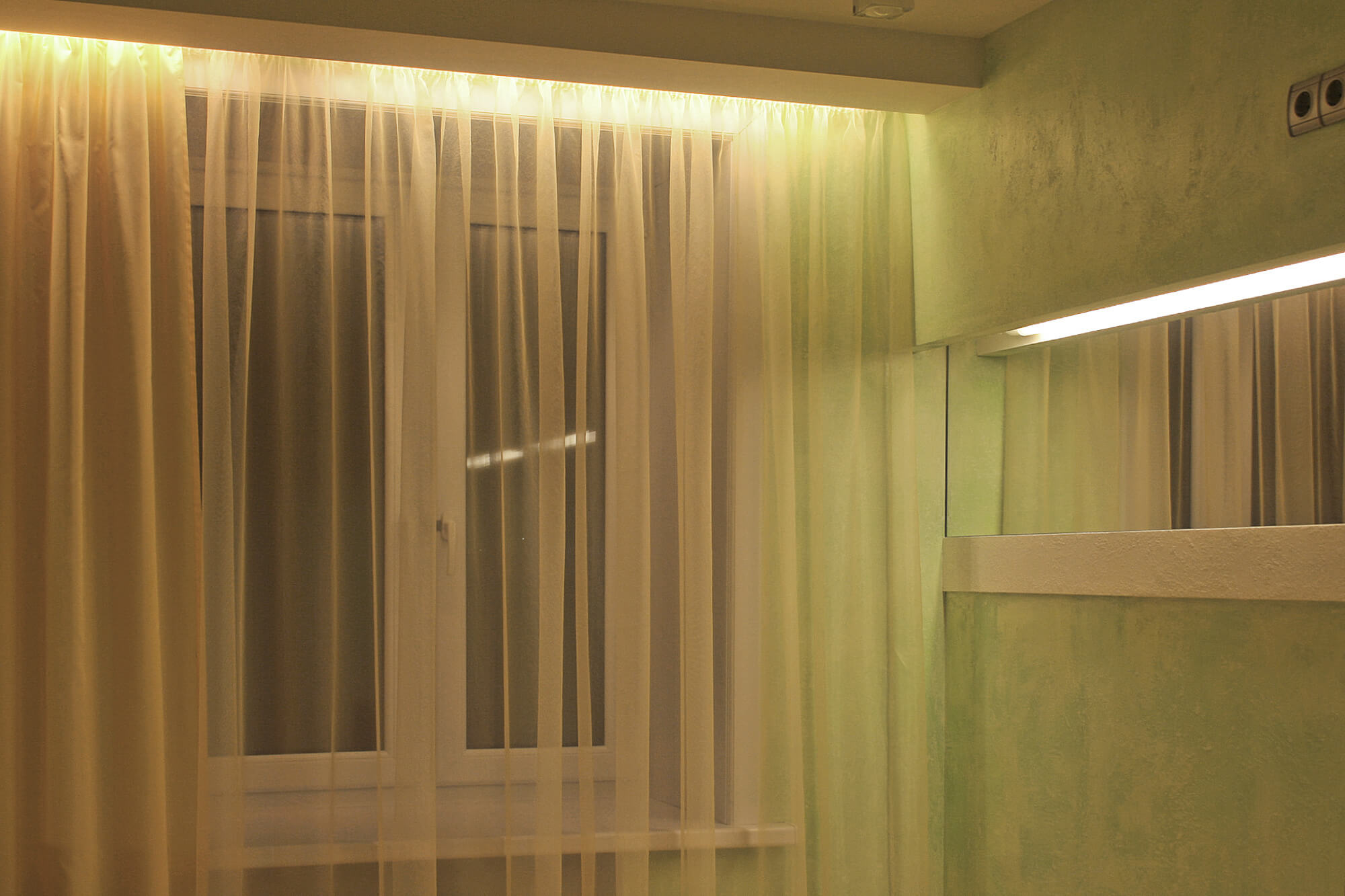 Подсветка и зеркало в спальне