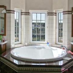 Ванна у окна